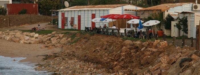 מסעדה בלתי חוקית - מועדון הגולשים בחוף בת גלים (צילום - ירון כרמי - חי פה)