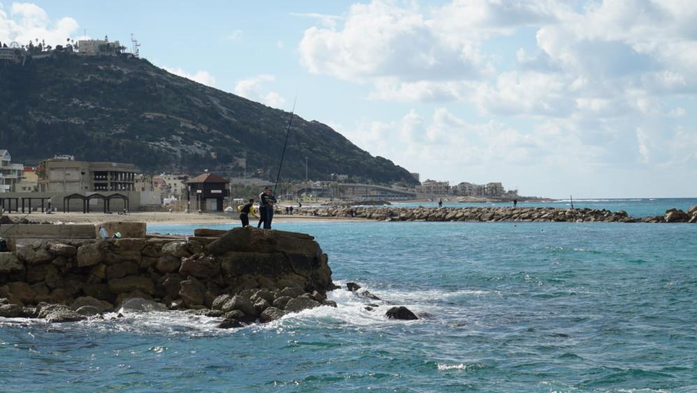 """דייגם על שובר הגלים - טיילת בת גלים. צילום מבה""""ד חיל הים - חי פה"""