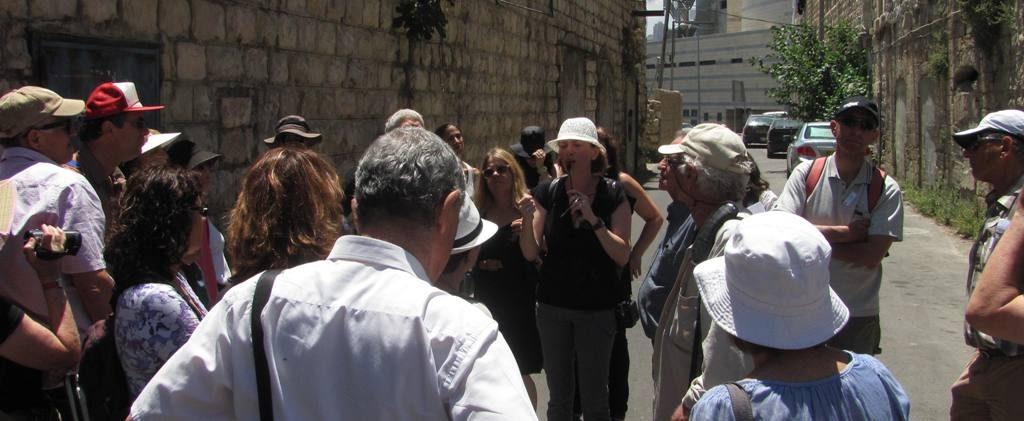 """עינת קליש רותם מובילה סיור """"ארכיתור"""" בוואדי סליב בחיפה (צילום: ירון כרמי)"""