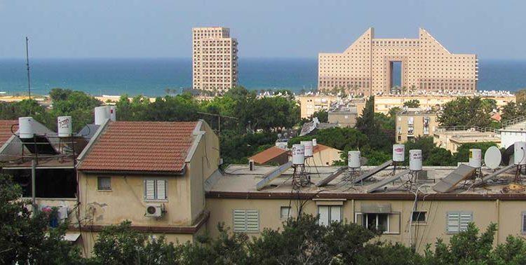 נווה דוד – מבט לכיוון הים ומגדלי חוף הכרמל (צילום: ירון כרמי)