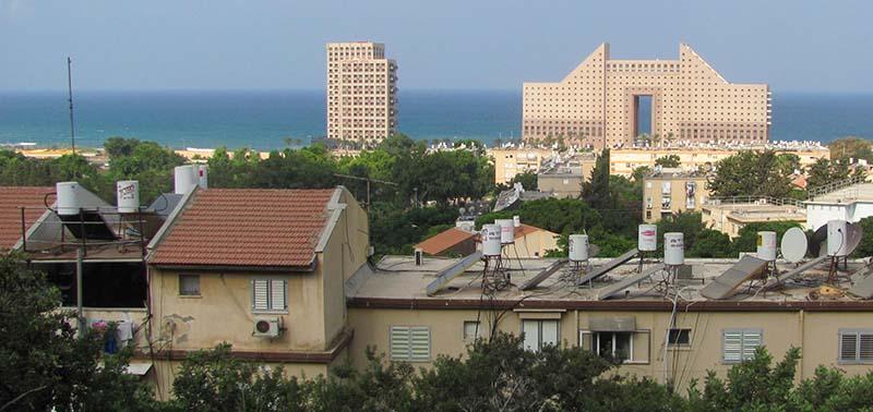 נווה דוד - מבט לכיוון הים ומגדלי חוף הכרמל (צילום: ירון כרמי)