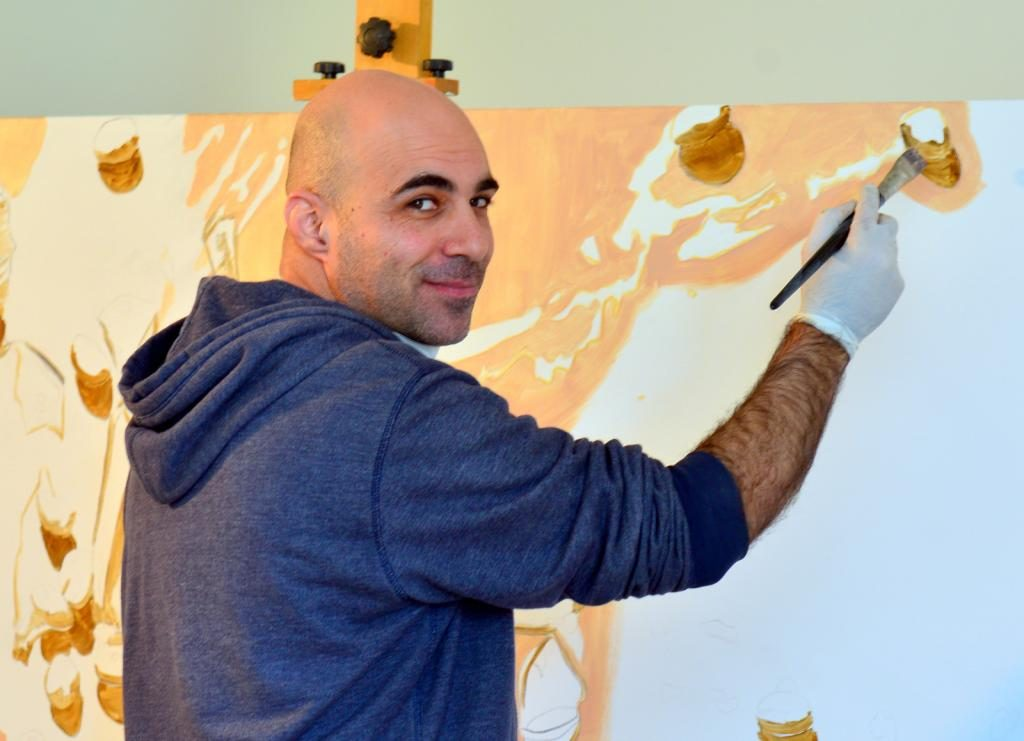 אמן מצייר בגלריה הפירמידה בואדי סליב בחיפה (צילום: צבי רוגר - עיריית חיפה)