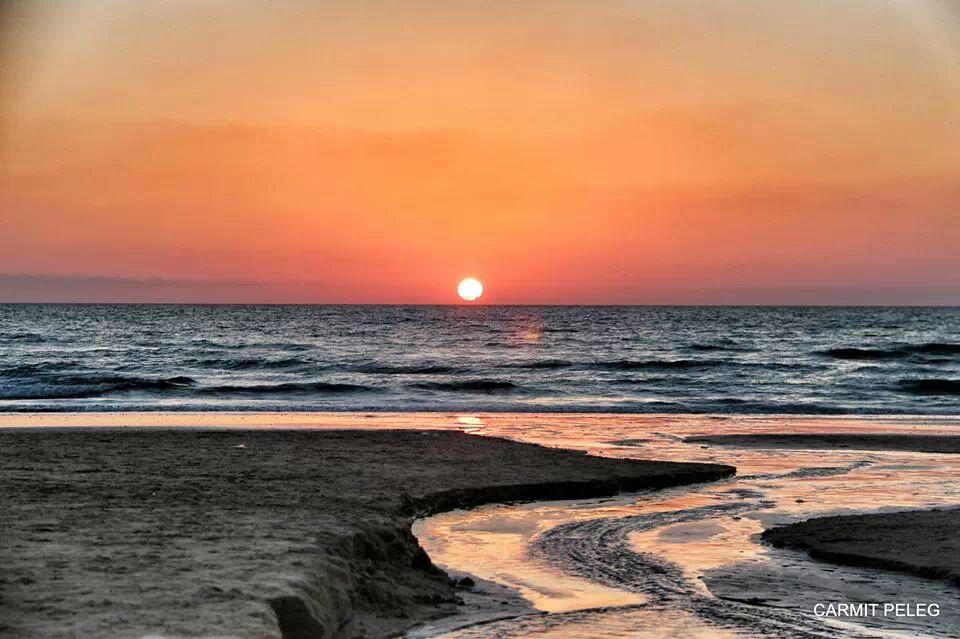 שקיעה יפהפיה בחוף בת גלים (צילום: כרמית אזולאי פלג)