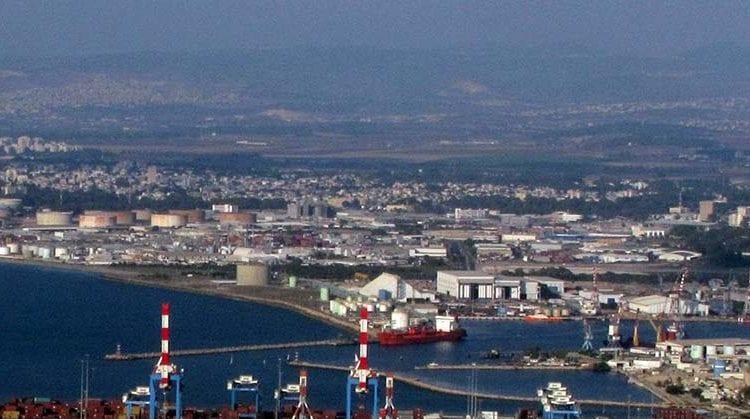 אניית אמוניה פורקת למיכל האמוניה – מסוף הדלקים – נמל חיפה. (צילום: חי פה בשטח)