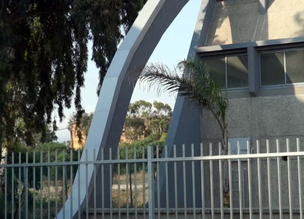 אולם הספורט של בית הספר דגניה ומאחוריו מיכל דלק ענק (צילום: ירון כרמי)