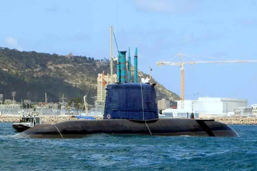 צוללת חדישה מדגם דולפין במשט לזכר הצוללת דקר - חיפה - מאי 2015 (צילום: אדיר יזירף)