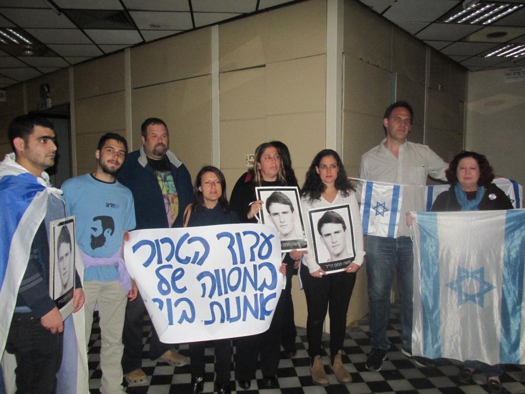 משפחת תמאם וחברים מוחים נגד ההצגה בתאטרון אל מידאן (צילום: סמר עודה )