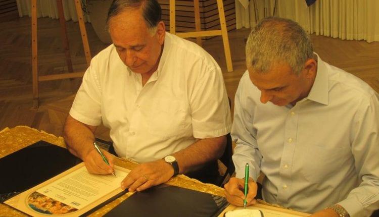 שר האוצר משה כחלון ויונה יהב חותמים על הסכם שיקוע הרכבת (צילום: עיריית חיפה)