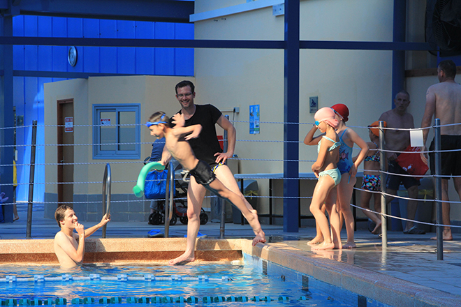 לימוד שחייה בבריכת מכבי (צילום: ברברה פרונדל)