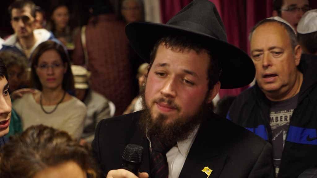 בבית הכנסת עם הרב גינצבורג (צילום: ירון כרמי)