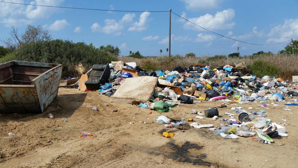 פסולת בחוף הכרמל (צילום: ירון כרמי)