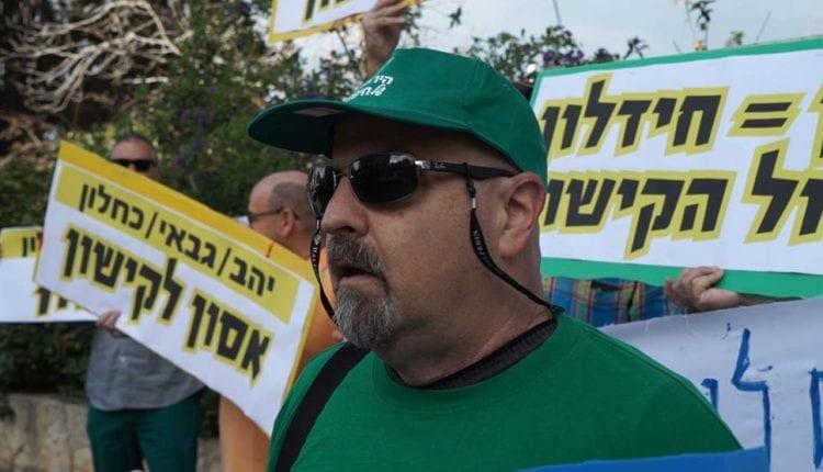 ירון חנן בהפגנה מול בית כחלון