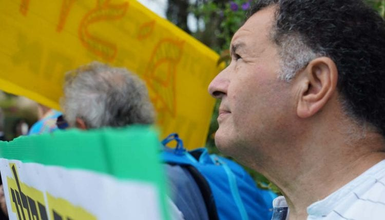 רמי חן בהפגנה מול בית כחלון
