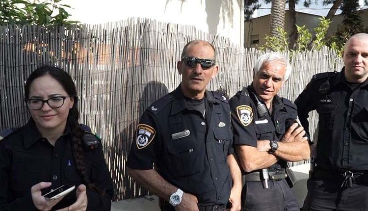 שוטרים מאבטחים את ההפגנה מול בית כחלון
