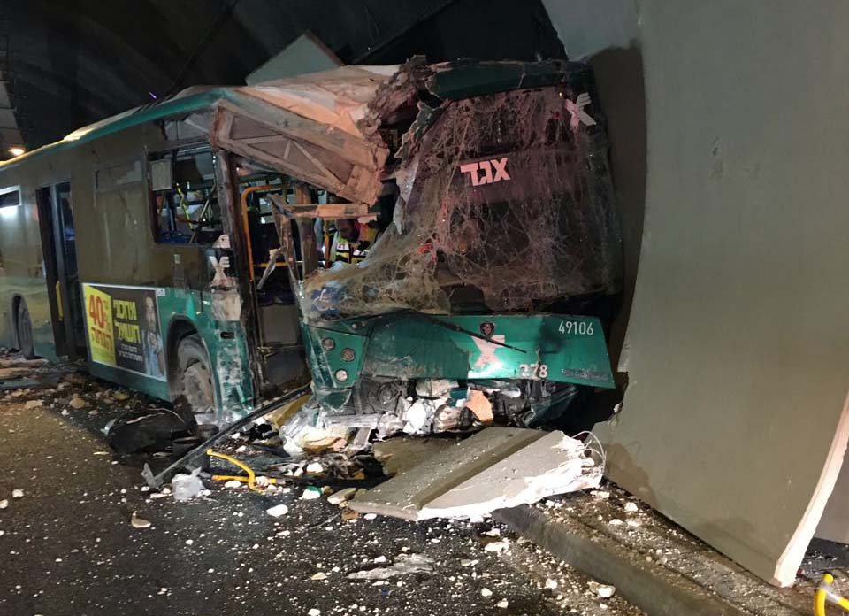האוטובוס המרוסק - התאונה במנהרות הכרמל בה נהרגה אור אלבז ונפצעו 46 נוסעים (צילום: דוברות כבאות והצלה - מחוז חוף)