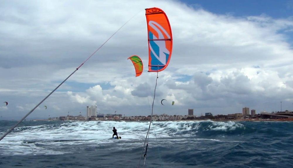 גלישה מול טיילת בת גלים בחיפה (צילום: ירון כרמי)