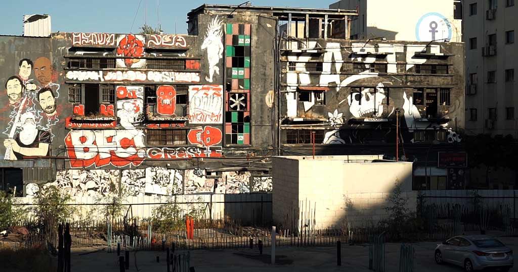 """בניין החורבה בעיר התחתית ועליו ציורי גרפיטי של קבות """"ברוקן פינגז"""" (צילום: ירון כרמי)"""