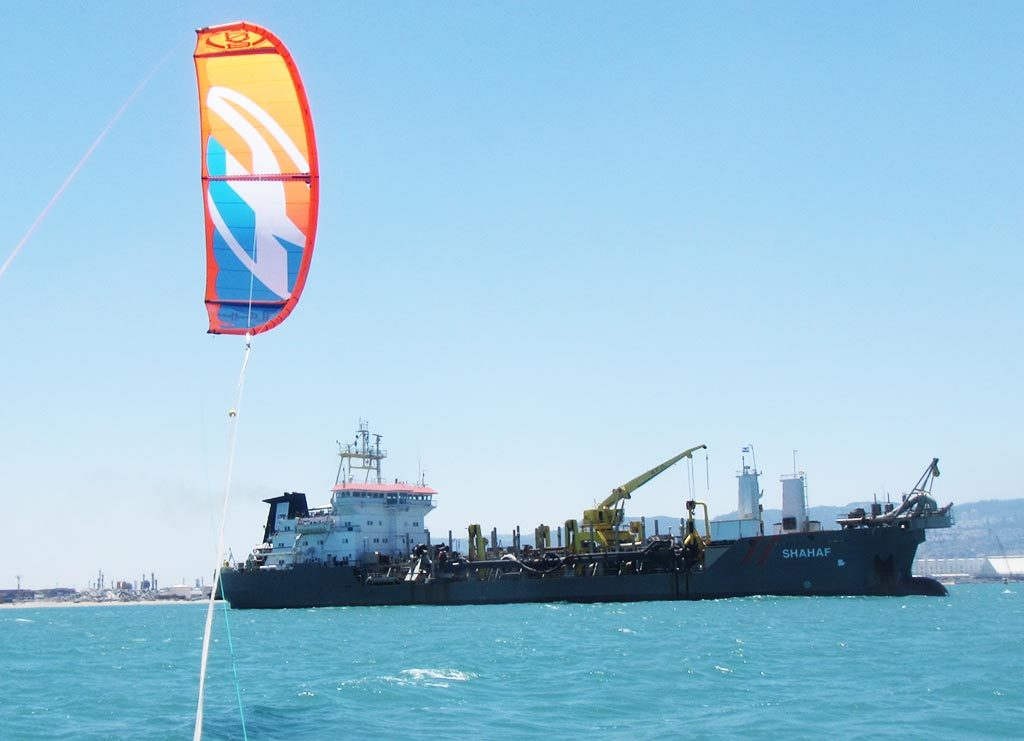 האנייה שחף מסלקת את צינורות הדלק ממפרץ חיפה (צילום: ירון כרמי)
