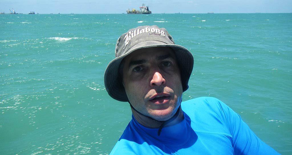 סלפי נמל המפרץ. ברקע חפירות החול להעמקת הנמל צילום עצמי: ירון כרמי