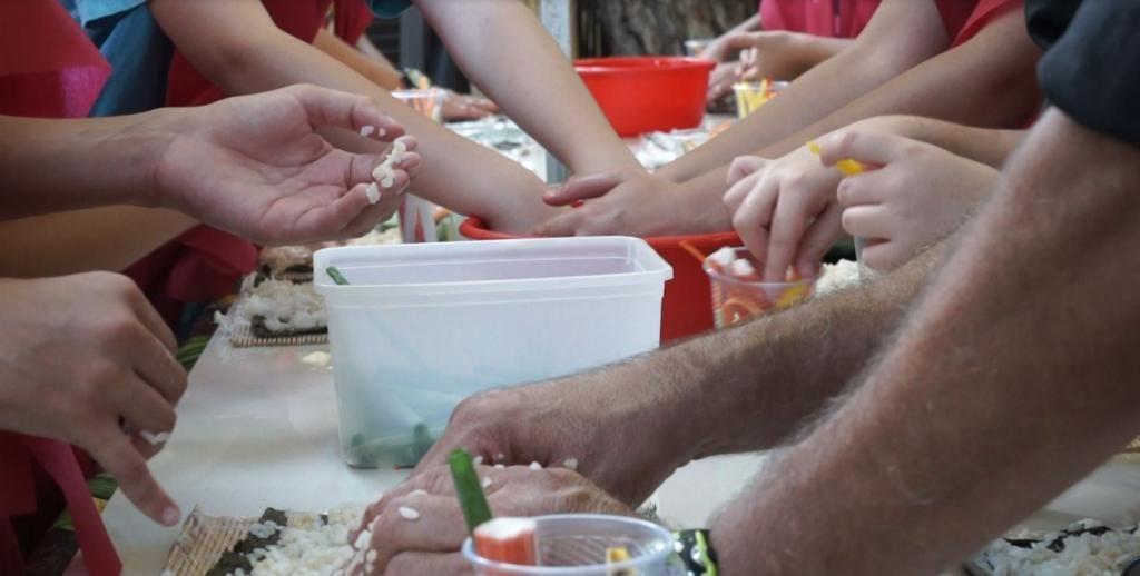 ילדים מכינים סושי עם יוסי צזנה