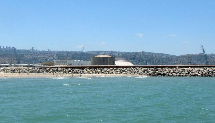 מיכל האמוניה ושובר הגלים של נמל המפרץ. צילום – חי פה