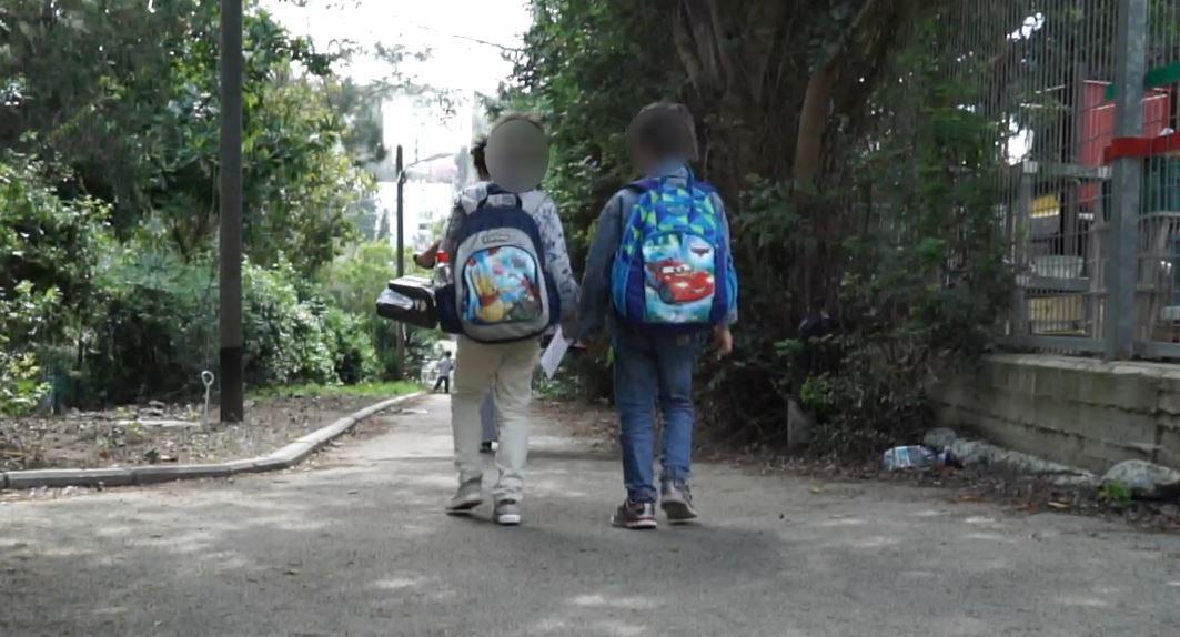 ילדים בכניסה לבית ספר בחיפה. אילוסטרציה. צילום - ירון כרמי