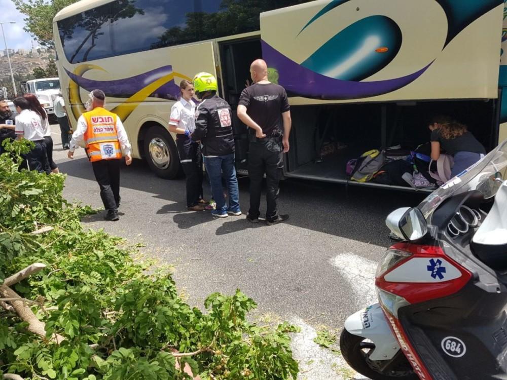 תאונה: תאונה ביציאה ממנהרות הכרמל בה מעורבים משאית ואוטובוס