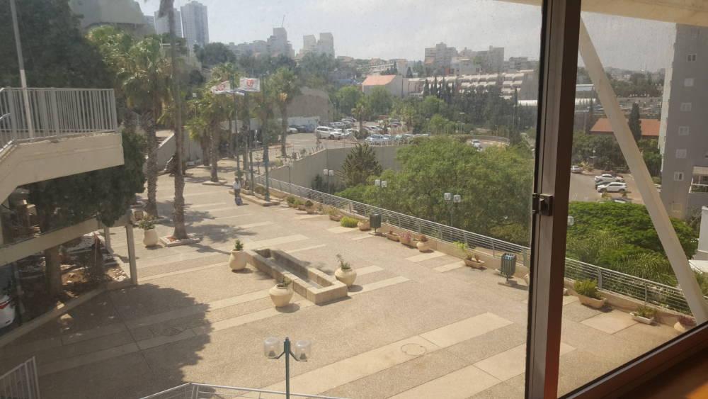 הנוף המשתקף מתוך בית הלוחם בחיפה