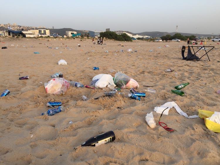 בקבוקי זכוכית בחוף הסטודנטים - אוגוסט 2017 (לפני תקופת האכיפה). צילום - ירון כרמי