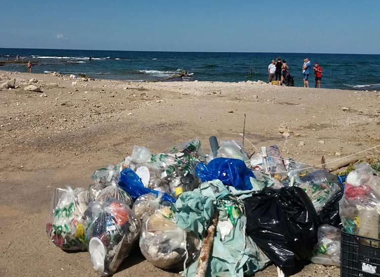זבל שנאסף במבצע ניקיון בחוף שקמונה בחיפה על ידי מתנדבים ( צילום - שרה אוחיון)