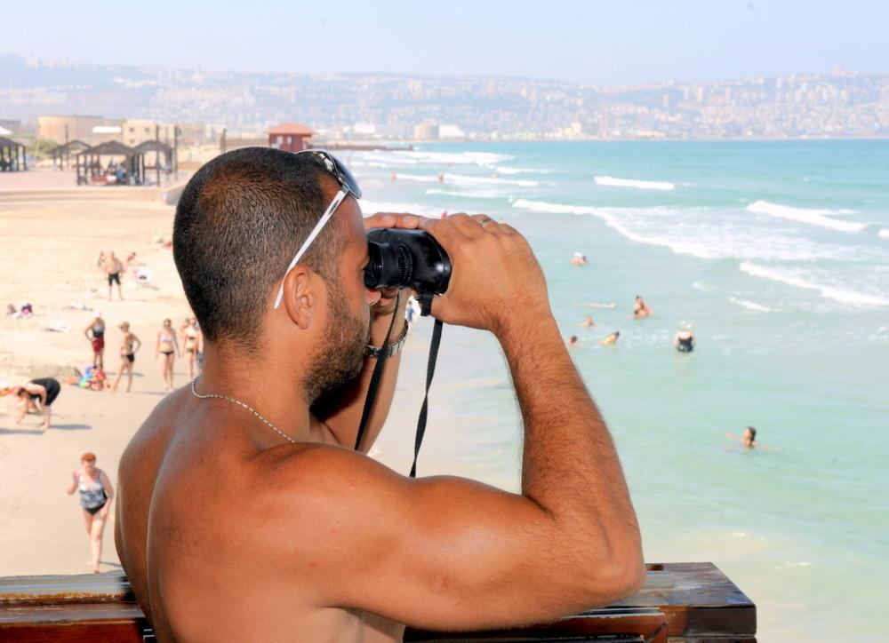 מציל בחוף קריית חיים בחיפה (צילום: דוברות עיריית חיפה)