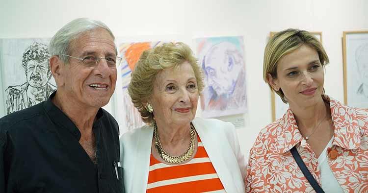 חיים טופול עם העיתונאית דנה וייס ורבקה וייס בלוך אוצרת הגלריה גורדון