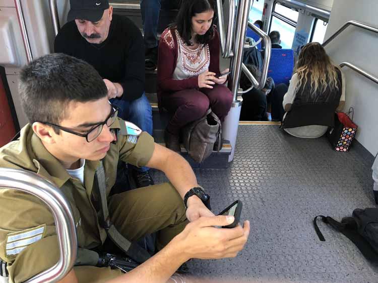 חוויית נסיעה בלתי אפשרית - רכבת הבוקר מחיפה לתל אביב (צילום - ירון כרמי)