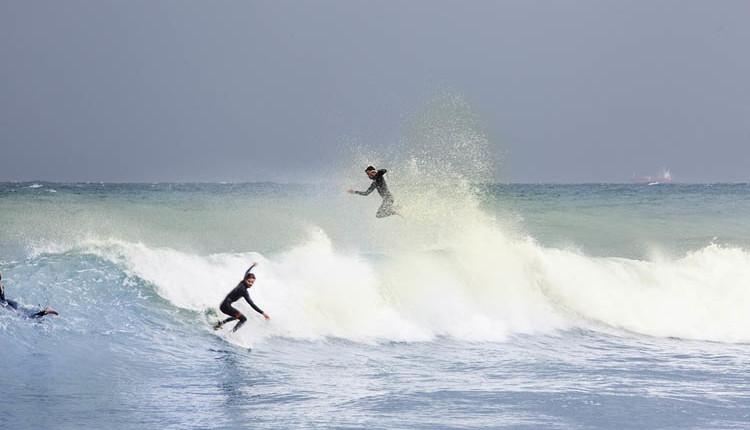 גולשים בחוף העירוני בבת גלים – סערת חוף – 05.01.2018 (צילום – אקי פלקסר)