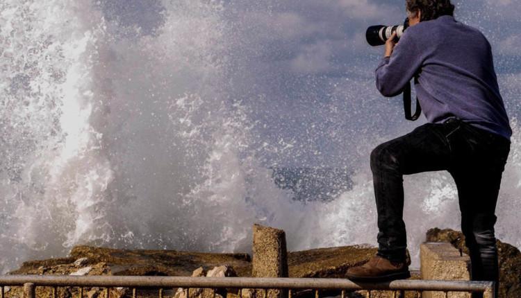 הצלם אקי פלקסר מצלם סערה בחיפה – 6.1.2018 (צילום צבי רוגר)