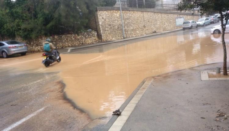 הצפה ברחוב בורלא בחיפה (צילום – תומר טל)