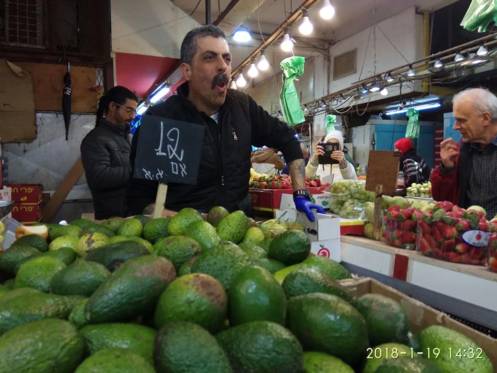 סוחר בשוק תלפיות (צילום - חגית אברהם)