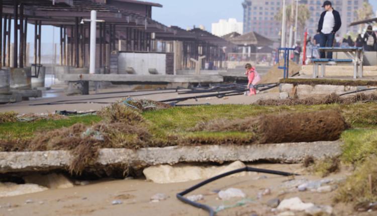 שברי הסערה – נזקים בטיילת חוף דדו בחיפה לאחר הסערה 20.01.2018 (צילום – ירון כרמי)
