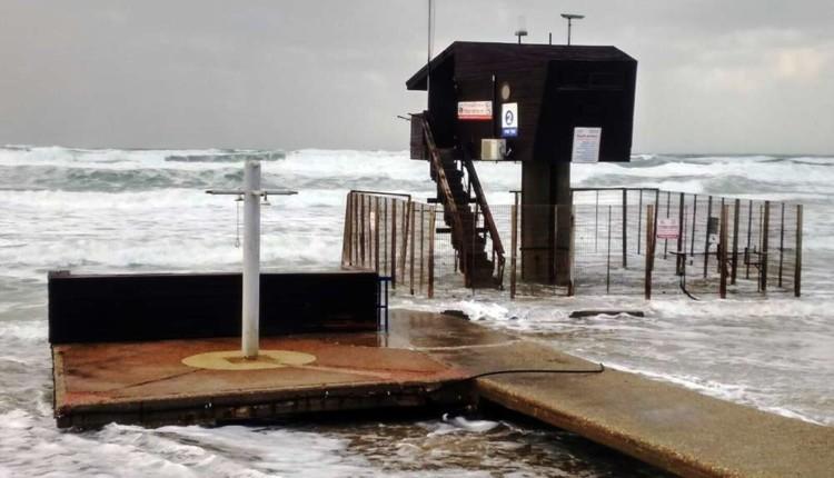 תמונת היום בחיפה – סוכת המציל בסערה – 19.1.2018 (צילום – נדלן 5)