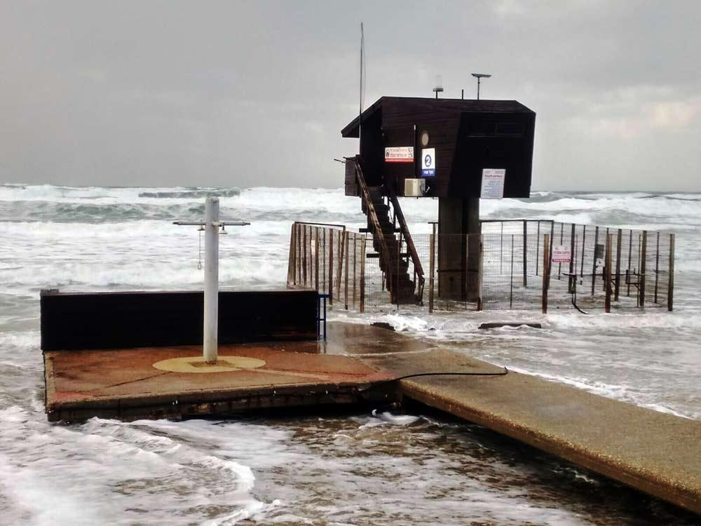 ארכיון - סוכת מציל בסערה בחוף הדרומי (צילום: צוות נדלן 5)