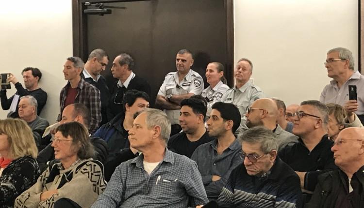 יזמים ותושבים בישיבת מועצת העיר חיפה (צילום: מיכל ירון)