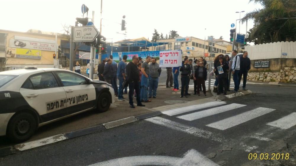 מפגינים בכניסה לרחוב חביבה רייך בחיפה
