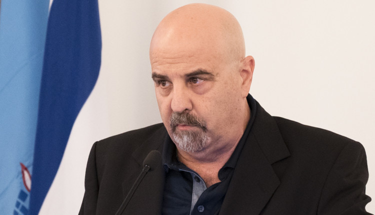ירון חנן מציג את בעיית החינוך בצהרונים בחיפה (צילום – ירון כרמי)