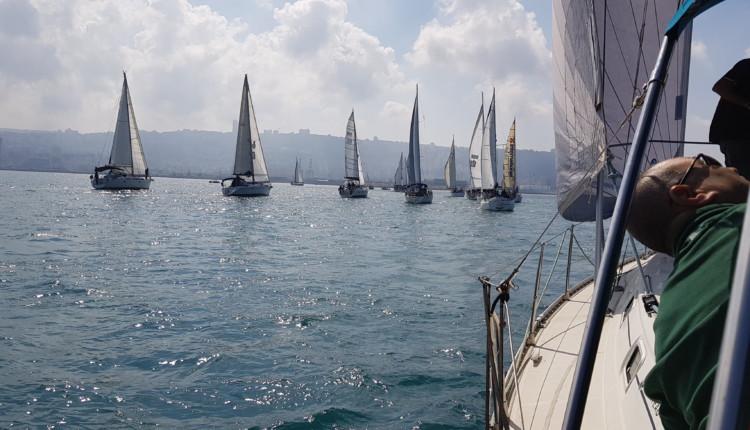 היאכטות המתחרות יצאו אל הים והוא נצבע כולו בלבן (צילם גבריאל קונפינו)