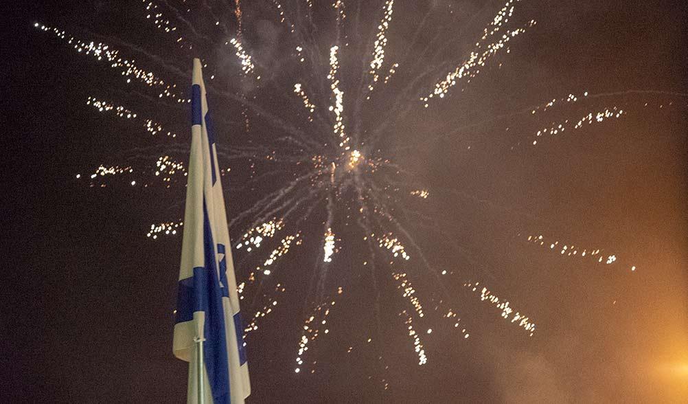 דגל ישראל והזיקוקים - מופע זיקוקים בחיפה - יום העצמאות (צילום - ירון כרמי)