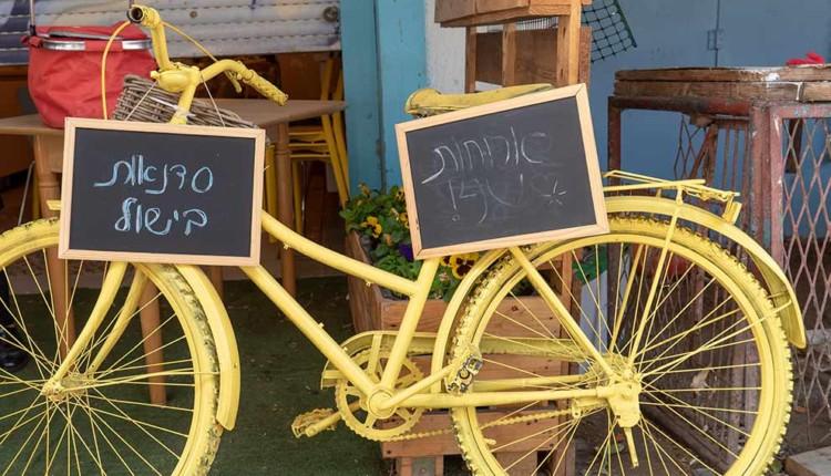 האופניים בכניסה למתחם של ורד פרן – סיור קולינרי בשוק תלפיות – העמותה לתיירות חיפה (צילום – ירון כרמי)