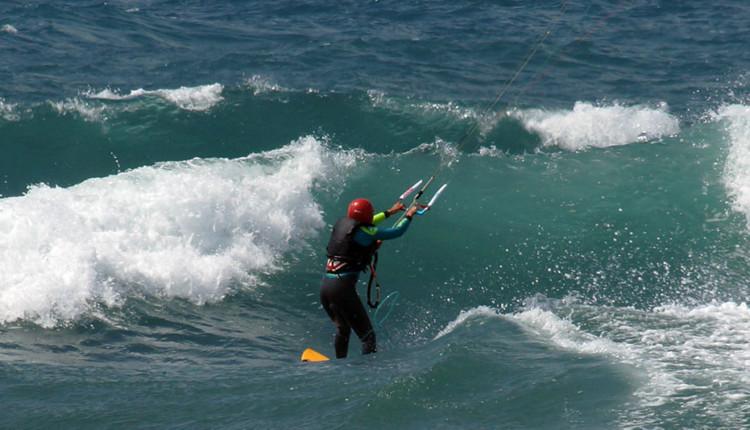 נעמי פרידמן חוצה את הגלים (צילום – ארז פרידמן)