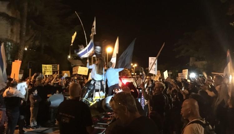 מפגינים מול בית השר שטייניץ נגד הצבת אסדת הגז בסמוך לחוף ונגד הזרמת הקונדנס למפרץ חיפה 14/4/2018 (צילום – חי פה)