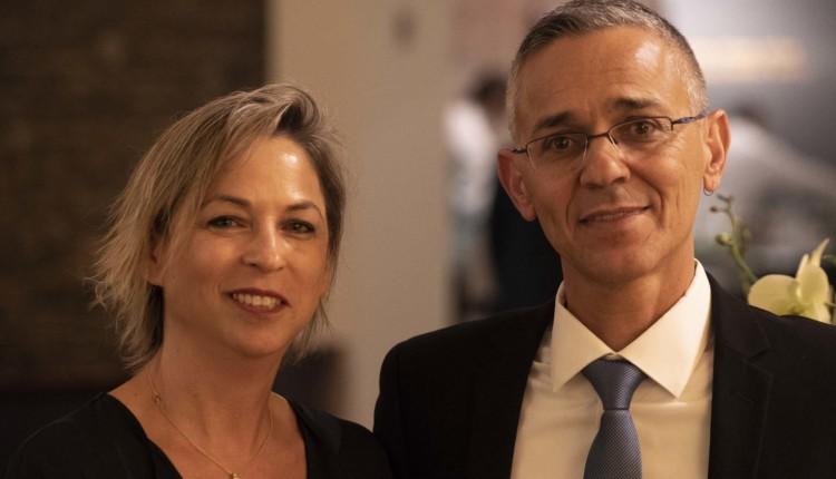עפר עמר, דובר הקהילה הבהאית בחיפה, אירח את מנהלת חי פה – נגה כרמי, שהגיעה לכבד את הבהאים בכנס הבינלאומי (צילום – ירו כרמי)