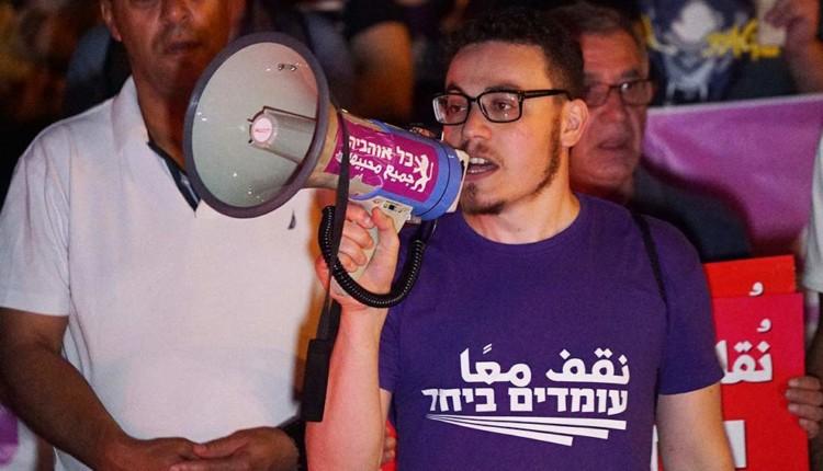 """אורי וולטמן – חבר הנהגת תנועת """"עומדים ביחד"""" – הפגנה בחיפה – המושבה הגרמנית (צילום – ירון כרמי)"""